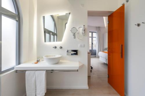 A bathroom at Atarazanas Málaga Boutique Hotel