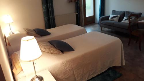 A bed or beds in a room at Le Détour
