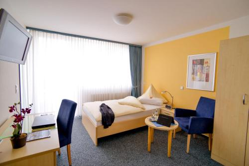 A bed or beds in a room at Johanniter Gästehaus