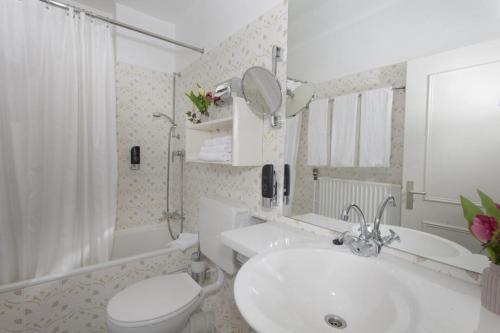 A bathroom at Gästehaus Kaiserhof Lübeck