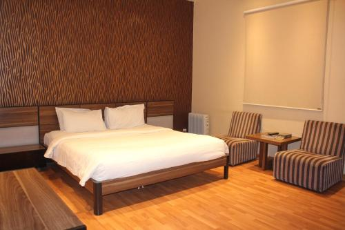 Cama ou camas em um quarto em Rafa Homes Al Izdihar 1