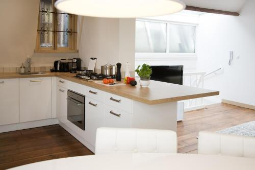 A kitchen or kitchenette at MyCityLofts - Rooftop Suite