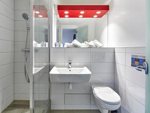 A bathroom at Kyriad Colmar Centre Unterlinden