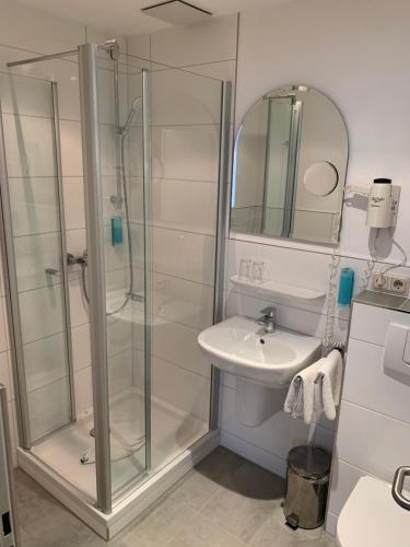Ein Badezimmer in der Unterkunft Hotel Well Garni