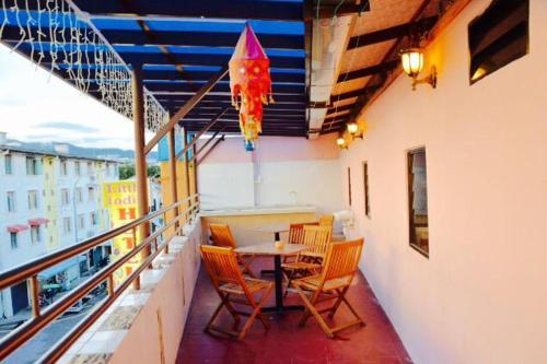 Un balcón o terraza de Little India Heritage Villa