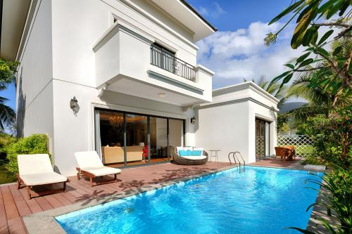 The swimming pool at or close to Vinpearl Discovery Sealink Nha Trang