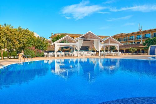 Basen w obiekcie CM Mallorca Palace - Only Adults lub w pobliżu