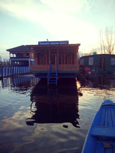 Houseboat Young Snow View Front Line Dal Lake