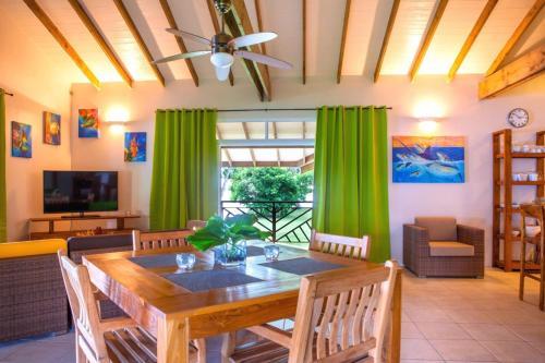 Um restaurante ou outro lugar para comer em TAHAA - Villa Tehere Dream