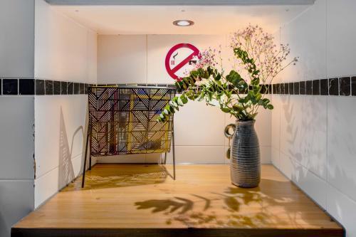 De lobby of receptie bij Lightotel Eindhoven