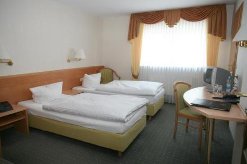 A bed or beds in a room at Zum Alten Fritz