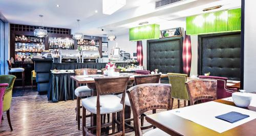 A restaurant or other place to eat at Don Prestige Residence
