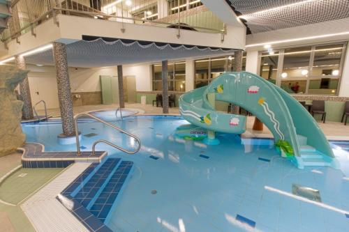 Bazén v ubytování Wellness Hotel Katalin nebo v jeho okolí