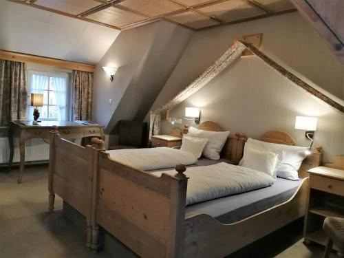 A bed or beds in a room at Schieferhof