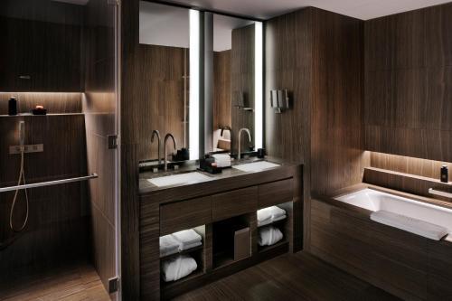 A bathroom at Armani Hotel Dubai