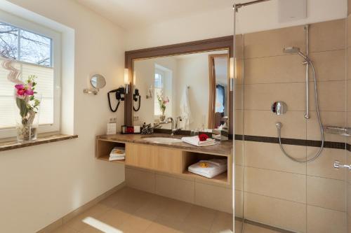 A bathroom at Villa Ludwig Suite Hotel / Chalet
