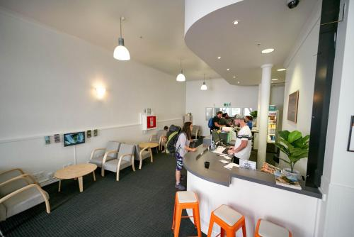 A restaurant or other place to eat at Nomads Capital Backpackers - Wellington