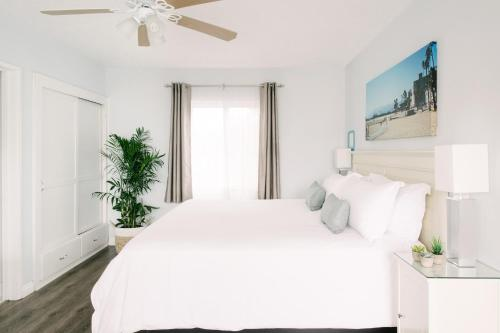 A bed or beds in a room at Bayside Hotel
