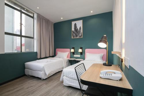 سرير أو أسرّة في غرفة في SEASON POINT HOTEL