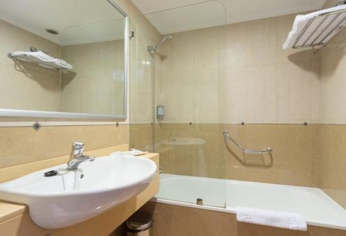 A bathroom at Hotel Diamar
