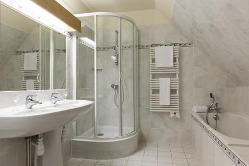 Salle de bains dans l'établissement Château de Bournel, The Originals Relais (Relais du Silence)