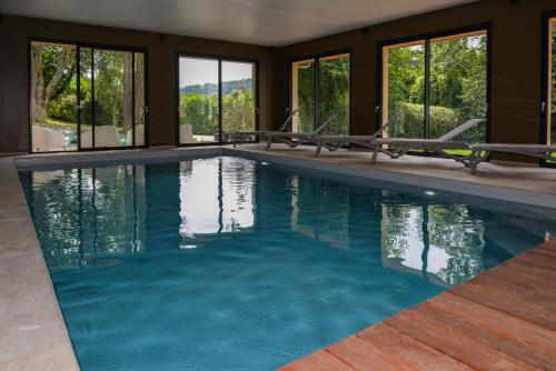 The swimming pool at or close to La Fraîchette-Hôtel & Spa