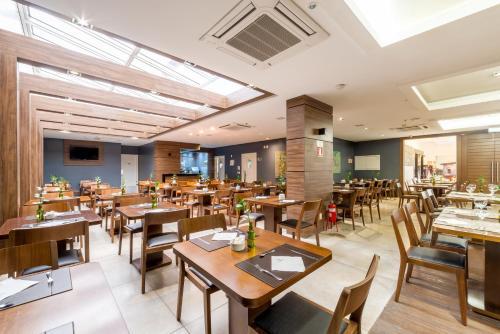 Um restaurante ou outro lugar para comer em Hotel Laghetto Viverone Bento