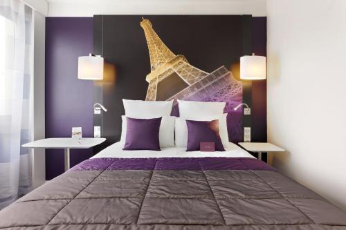 A bed or beds in a room at Mercure Paris Centre Tour Eiffel