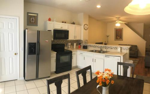 A kitchen or kitchenette at Paradise Cay Near Disney