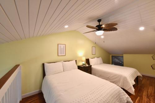 A bed or beds in a room at Aloha Nui Loa