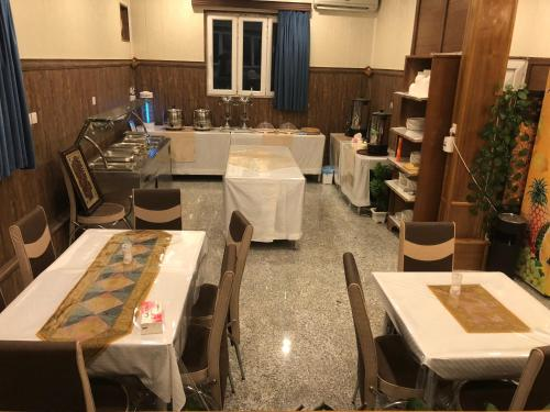 A restaurant or other place to eat at Al Nahrain Hotel