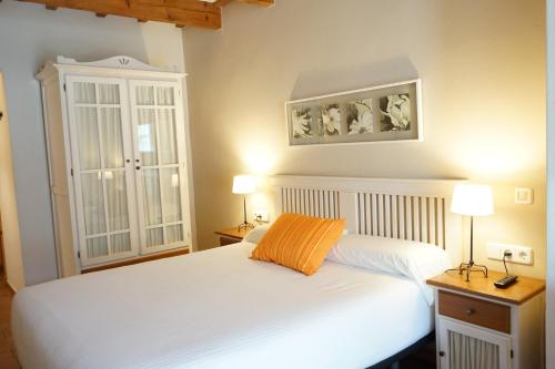 A bed or beds in a room at Hotel Es Mercadal