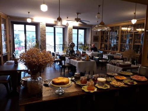 Um restaurante ou outro lugar para comer em Mercearia da Vila