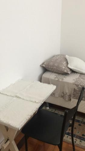 A seating area at Próximo ao Consulado - Quarto Inteiro