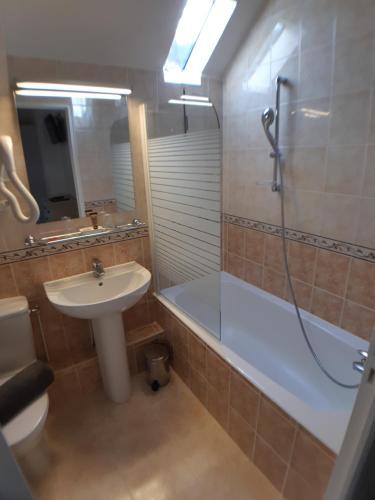 A bathroom at Hotel Ty Gwenn La Baule