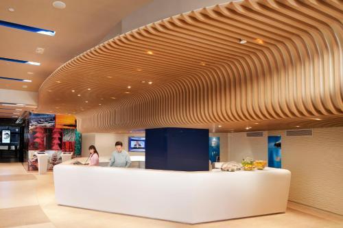 The lobby or reception area at OZO Wesley Hong Kong