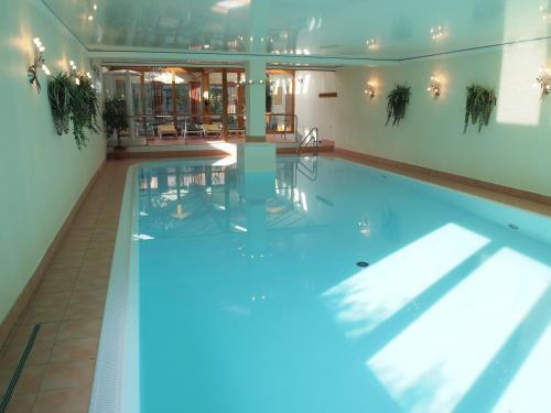 Der Swimmingpool an oder in der Nähe von Parkhotel zum Stern