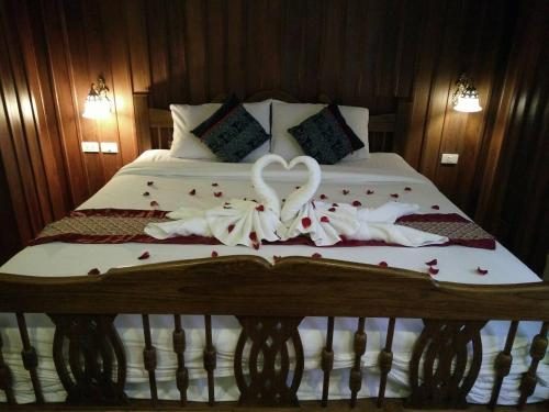 A bed or beds in a room at Rustic River Boutique