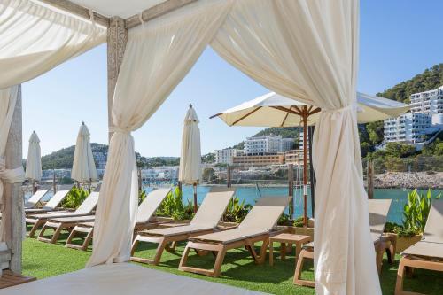 Het zwembad bij of vlak bij Palladium Hotel Cala Llonga - Adults Only