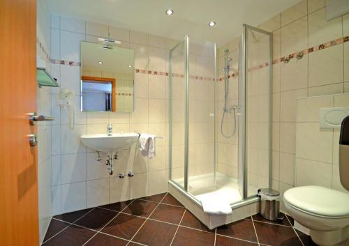 A bathroom at Hotel Gästehaus auf der Lay