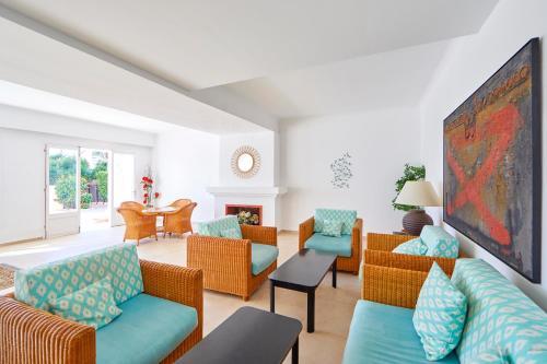 Een zitgedeelte bij Gavimar Cala Gran Hotel and Apartments