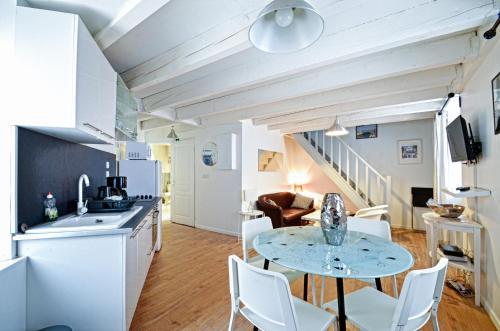 A kitchen or kitchenette at Appartement du Palais Longchamps