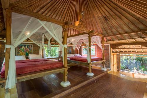 سرير بطابقين أو أسرّة بطابقين في غرفة في Prana Dewi Mountain Resort