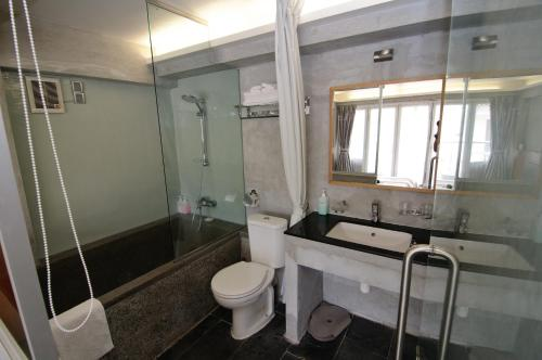 A bathroom at Espace Elastique B&B with contactless check-in