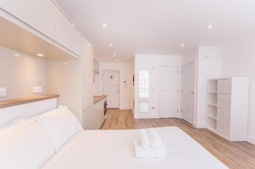 A bed or beds in a room at Town or Country - Canute Studio
