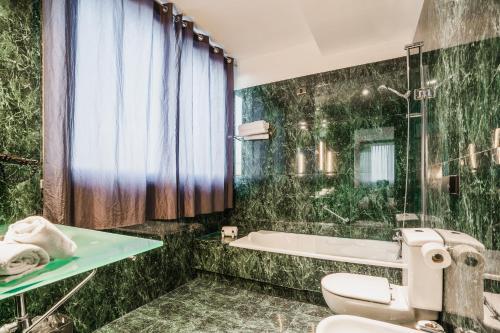 A bathroom at Max Hotel Livorno
