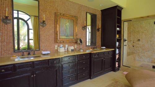 A bathroom at The Villa Sophia Guest House