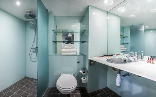 A bathroom at pentahotel Derby
