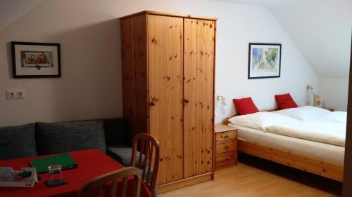 Кровать или кровати в номере Pension & Reitstall Inghofer