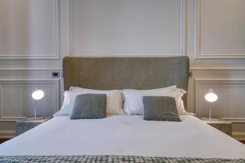 A bed or beds in a room at Via Chiodo Luxury Rooms